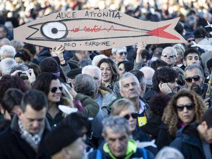 Manifestantes de las 'sardinas' protestan este sábado en Roma.
