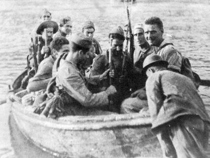 Soldados republicanos cruzan el río en la Batalla del Ebro.