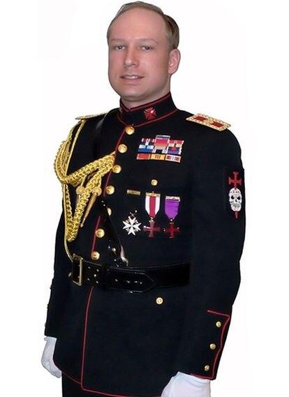 Foto tomada de You Tube en la que aparece Anders Behring Breivik con traje militar.