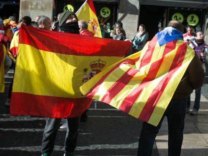 Banderas españolas, catalanas e independentistas, en una manifestación en Barcelona.