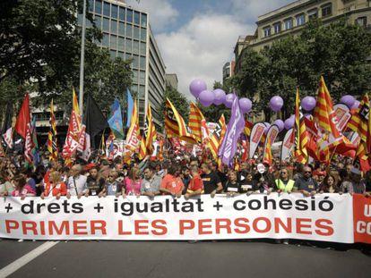 La cabecera de la manifestación en Barcelona por el 1 de mayo. En vídeo, declaraciones de Unai Sordo, secretario general de CC. OO, y de Pepe Álvarez, de UGT.