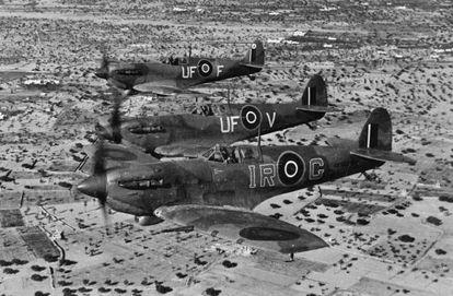 Tres Spitfire de la RAF patrullan cerca de la isla de Yerba (Túnez) en 1943.