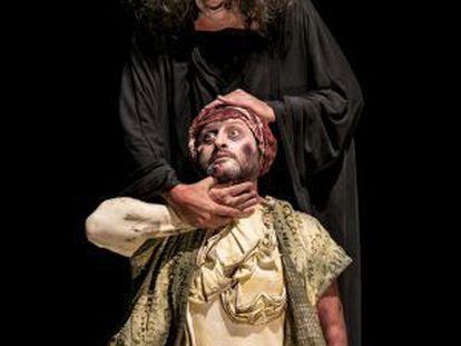 Manuel Asensio, de pie, y Jerónimo Arenal, durante un ensayo de 'Marat-Sade'.