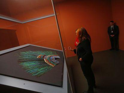 Visitantes del Museo de Etnología de Viena contemplan el penacho de Moctezuma.