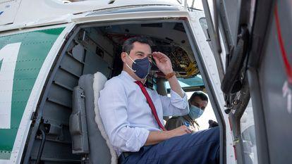 El presidente de la Junta de Andalucía, Juan Manuel Moreno, a bordo de un helicóptero, el 5 de mayo.