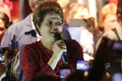 Dilma Rousseff saluda a los simpatizantes del Partido de los Trabajadores el martes 28 de agosto de 2018, en Minas Gerais