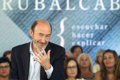 Rubalcaba, durante la reunión que mantuvo ayer con colectivos sociales y vecinales en Vigo.