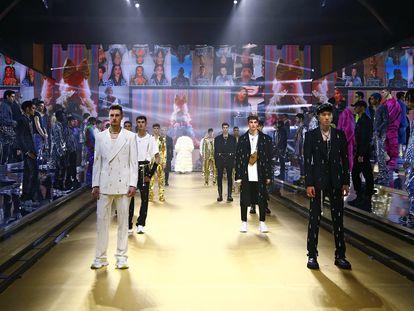 Imagen final del desfile de moda masculina otoño/invierno 2021 de Dolce&Gabbana, celebrado en Milán y difundido digitalmente.
