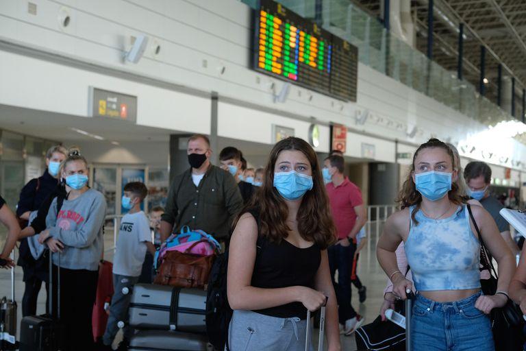 Varios grupos de turistas, a su llegada al aeropuerto de Fuerteventura el 25 de octubre.