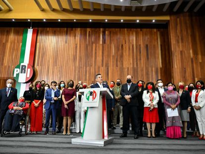 Alejandro Moreno y representantes del PRI durante una conferencia de prensa en la Cámara de Diputados, en septiembre de 2021.