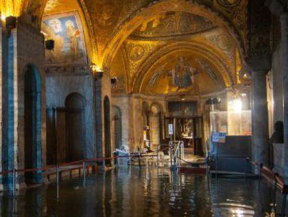 La basílica de San Marcos esquiva  el apocalipsis , según su responsable, mientras el museo de arte moderno sufre un incendio y la Bienal cierra al público