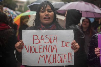 "Una mujer porta una pancarta contra la violencia machista en el ""miércoles negro"""
