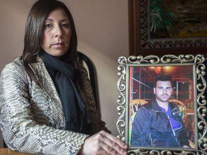 Esmeralda Martínez sostiene una foto de su sobrino José Luis Martínez.