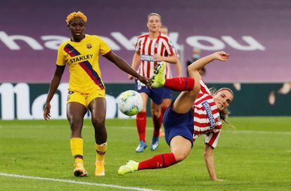 La delantera del Barcelona Asisat Oshoala pelea un balón con la defensa del Atlético Alia Guangni el pasado agosto en San Mamés en los cuartos de final de la Champions League.