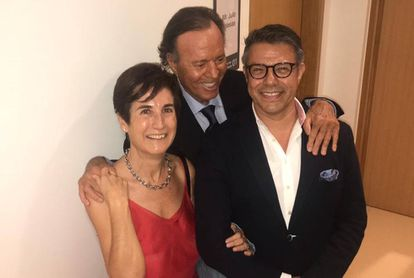 Julio Iglesias, con Ángeles Espinosa, corresponsal de EL PAÍS en Dubái, y el pintor José Toledo.