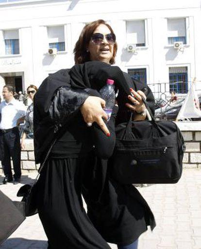 La mujer víctima de violación en Túnez junto a su abogada ayer, a su salida de los juzgados.