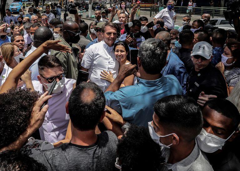 El presidente de Brasil, Jair Bolsonaro, saluda a sus seguidores tras votar este domingo en Río de Janeiro.