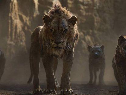 Scar (al que pone voz en la versión original Chiwetel Ejiofor) y las hienas, en un fotograma de 'El rey león'. En vídeo, el tráiler de la película.