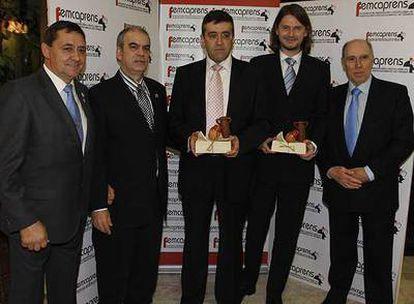 De izquierda a derecha, Juan Vicioso, presidente de Femcaprens; Eduardo Vilalta, presidente de la asociación en Alcorcón; Julio Sanz y Alfonso Pérez, ambos ejecutivos de distribución y suscripciones de EL PAÍS, y Antonio Rodrigo, presidente de la asociación Norte Sierra.