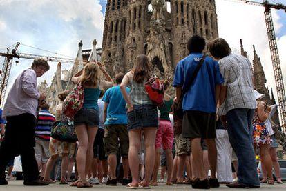 Un grupo de turistas ante la Sagrada Familia, uno de los lugares más visitados  en Barcelona.