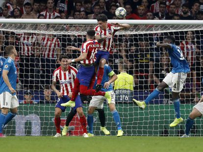 El centrocampista mexicano Héctor Herrera cabecea para marcar el segundo gol ante la Juventus.