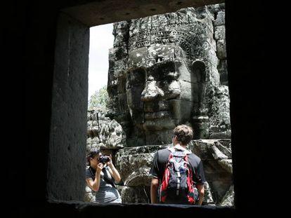 Dos turistas en el templo de Banyon, al norte de Camboya, en 2010.