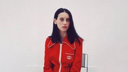 La actriz Milena Smit lleva una chaqueta deportiva 'retro' de Gucci para Mytheresa.
