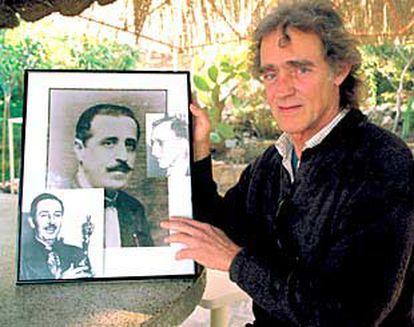 Tito del Amo muestra las fotografías de Disney, su supuesto padre español (centro) y su padre adoptivo estadounidense (derecha).