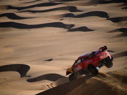 Nani Roma y su copiloto Alex Winocq durante la segunda etapa del Rally Dakar.