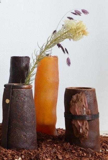 Jarrones creados con resina de pino, de Studio Sarmite.