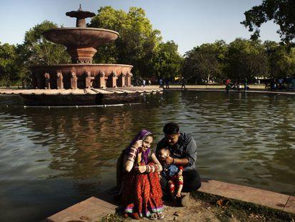 Una pareja con su hijo el parque de la Indian Gate en Nueva Delhi.