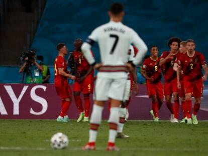 Los jugadores de Bélgica celebran su gol ante la mirada de Cristiano Ronaldo.