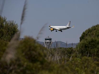 Un avión se aproxima a la pista del aeropuerto de El Prat sobrevolando una zona protegida de La Ricarda.