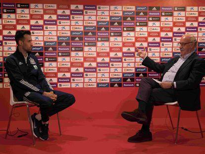 Sergio Busquets y Vicente del Bosque, durante su charla en la Ciudad del Fútbol de Las Rozas.