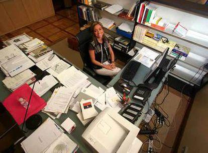 Carme Chacón, en su despacho del Ministerio de Vivienda.