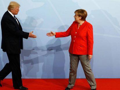 Donald Trump saluda a Angela Merkel durante el acto de bienvenida de la reunión del G20 en Hamburgo (Alemania).