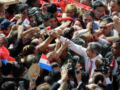 Mario Abdo Benítez, rodeado de seguidores, la semana pasada en Asunción