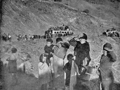 Varios civiles huyen hacia Almería en febrero de 1937 durante la guerra civil.