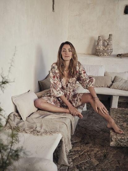 La prescriptora y diseñadora Sofía Sánchez de Betak posa en Mallorca con uno de los seis vestidos diseñados para Mango.