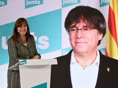 Laura Borras,candidata de Junts, en un momento del mitin. Detras, Carles Pugdemont en una intervención telemática.