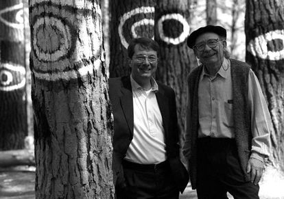 Gerard Mortier con Agustín Ibarrola en el bosque de Oma.