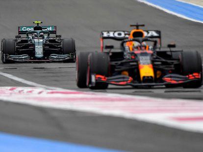 Sebastian Vettel, de Aston Martin, detrás de Max Verstappen, de Red Bull, en una vuelta de práctica antes del GP de Francia.