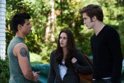 Stewart y Pattinson junto a su compañero Taylor Lautner en una escena de 'Eclipse', la tercera entrega de la saga.