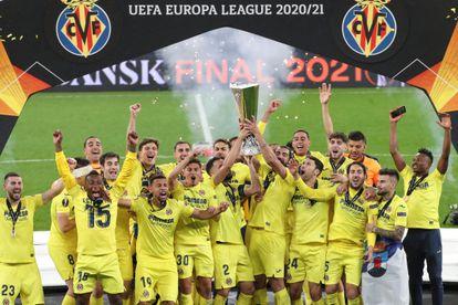 Los jugadores del Villarreal celebran su victoria en la final de la UEFA Liga Europa que disputaron el miércoles frente al Manchester United.