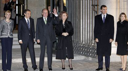 Sonsoles Espinosa, Zapatero, el rey Juan Carlos, la reina Sofía, el príncipe Felipe y doña Letizia, a la entrada del Teatro Real.