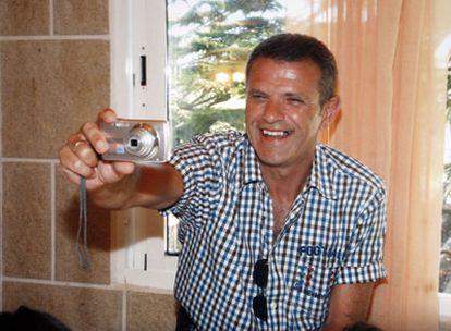 El inspector e policía Eduardo Puelles sonríe mientras se dispone a tomar una fotografía