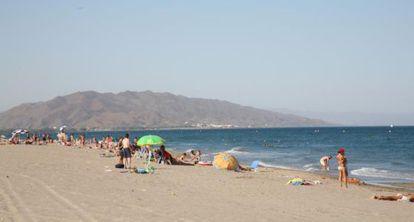 Bañistas en la playa El Playazo de Vera (Almería).