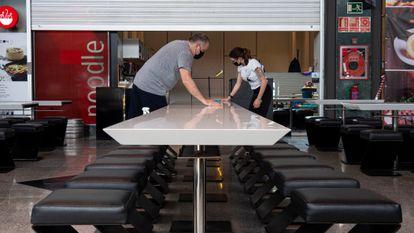 Preparativos de apertura en un restaurante de Mataró (Barcelona), tras levantarse restricciones de la covid, el 24 de abril.