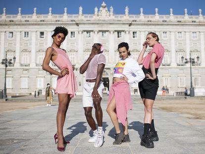 Saphira, a la izquierda, junto a sus compañeras de 'ballroom' en el Palacio Real de Madrid.   Foto: Inma Flores