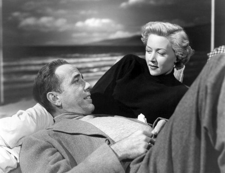 Humphrey Bogart y Gloria Grahame en un fotograma de 'En un lugar solitario'.